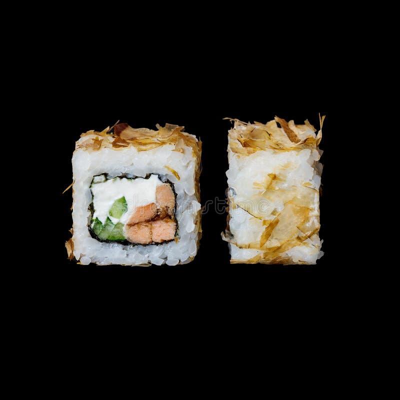 Suszi Bonito rolka z piec łososiem w teriyaki kumberlandzie, ogórku, kremowym serze i tuńczyku, szczerbi się, odizolowywał w czer obrazy stock