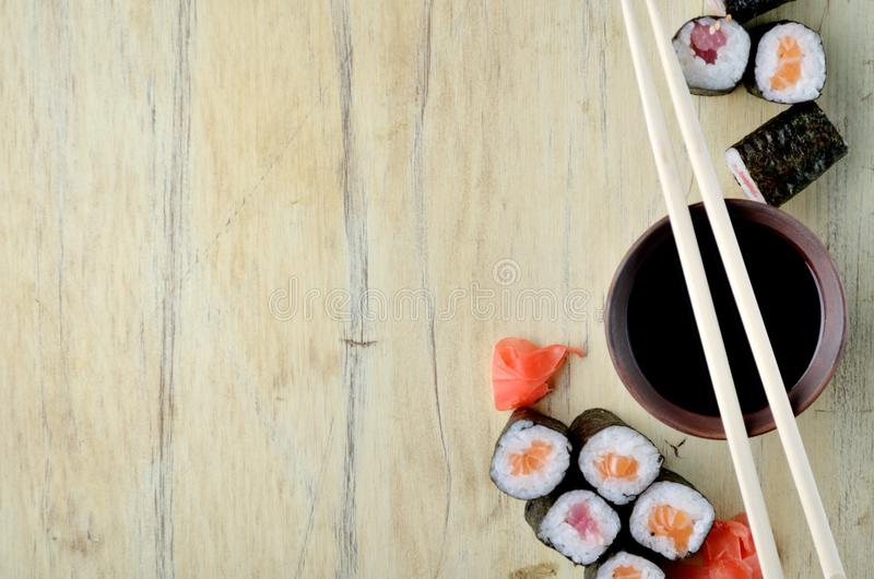 Suszi chopsticks nad soja kumberlandem rzucają kulą, łosoś rolki fotografia royalty free