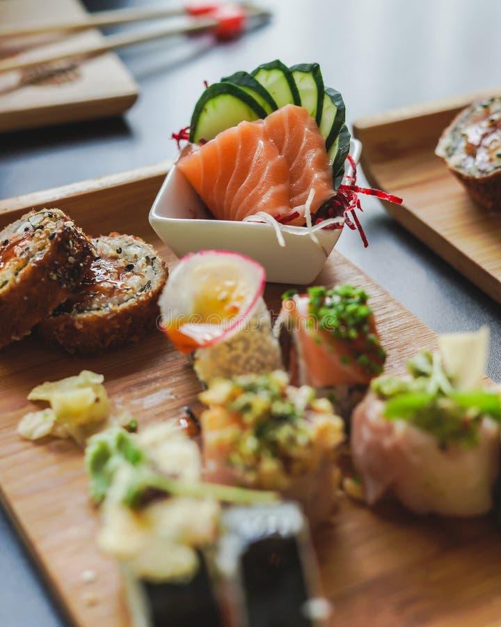 Suszi i japończyka jedzenie na stole zdjęcia royalty free