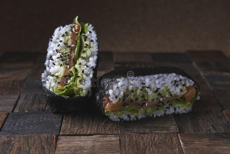 Suszi kanapki onigarizu z salnom zdjęcie stock