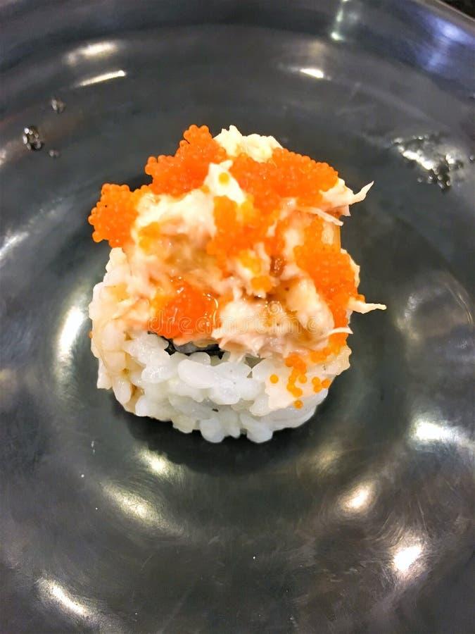 Suszi rolki na talerzu z łososiem, tuńczyk, królewska krewetka, kremowy ser Suszi menu Japoński jedzenie Kalifornia suszi, Japoni obraz royalty free