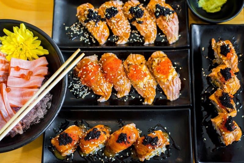 Suszi rząd mieszający zawijającym z łososiem i pokrajać rybim sashimi, Japoński jedzenie zdjęcia stock