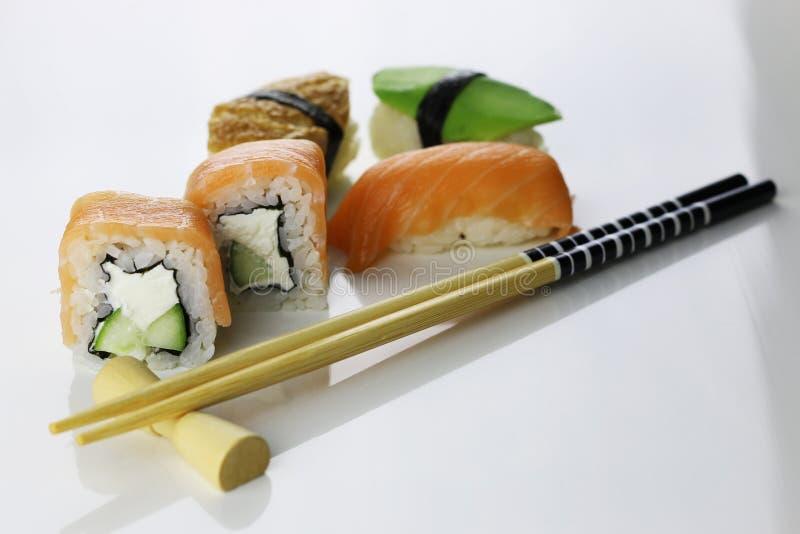 Suszi ustaleni chopsticks zdjęcia stock