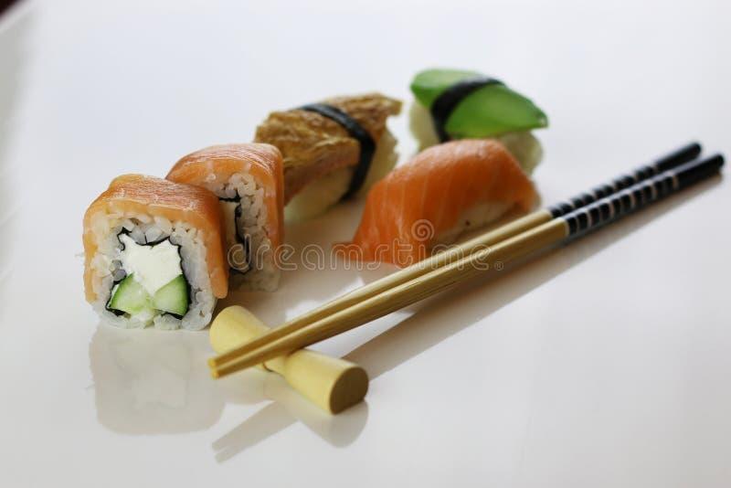 Suszi ustaleni chopsticks zdjęcie royalty free