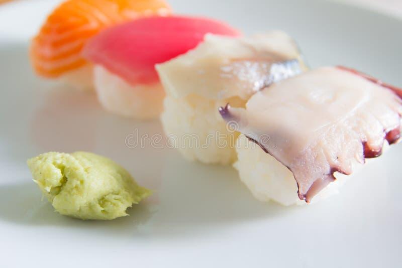 Suszi ustawiający na bielu talerzu Janpan jedzenie zdjęcia royalty free