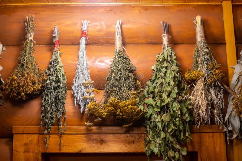 Suszone zioła i gałęzie na drewnianym tle rosyjskiej łazienki obrazy stock