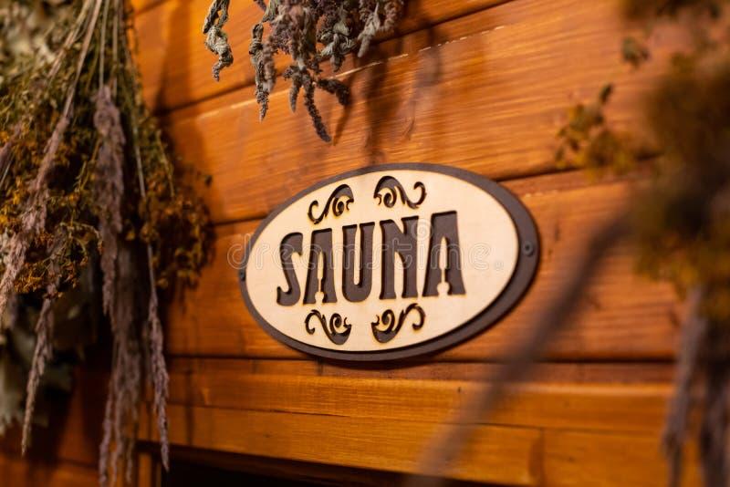 Suszone zioła na drewnianym tle z napisem sauna zdjęcia stock