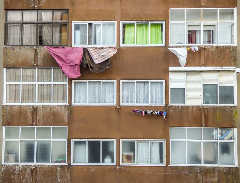 Suszyć odziewa na przedmieściach Portugalia fotografia stock