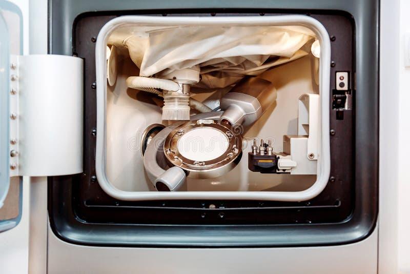 Suszy dotyka chama krzywka mielenia stomatologiczną maszynę zdjęcia stock