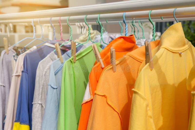 Suszy odzieżowego w jaskrawych kolorach fotografia stock