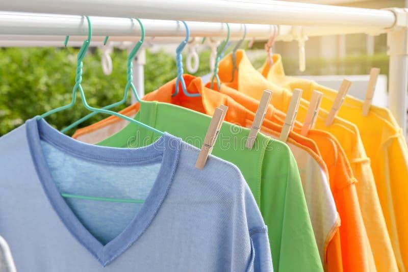 Suszy odzieżowego w jaskrawych kolorach zdjęcia stock