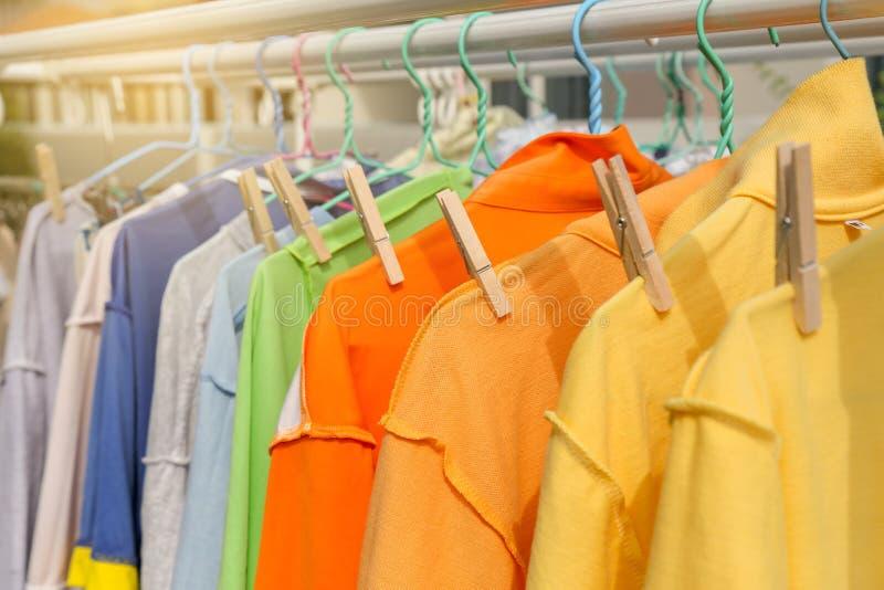 Suszy odzieżowego w jaskrawych kolorach obrazy stock