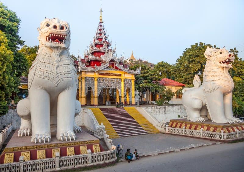 Sutaungpyai寺庙入口,缅甸 图库摄影