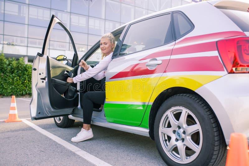 Sutdent chaufför visa proudly tangenten royaltyfria foton
