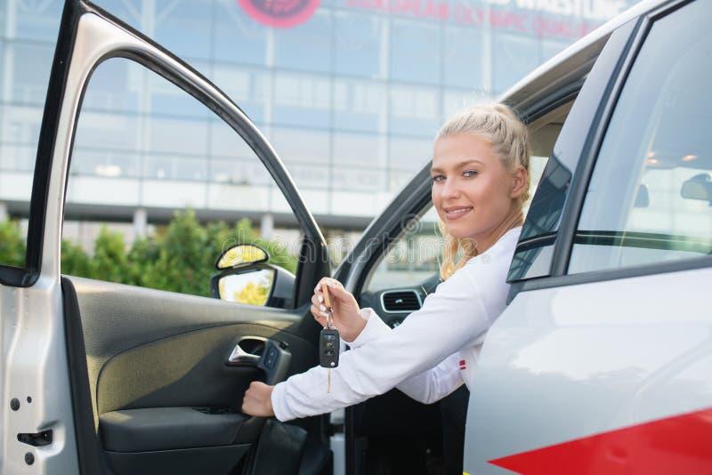 Sutdent få för chaufför ut ur bilen royaltyfri fotografi