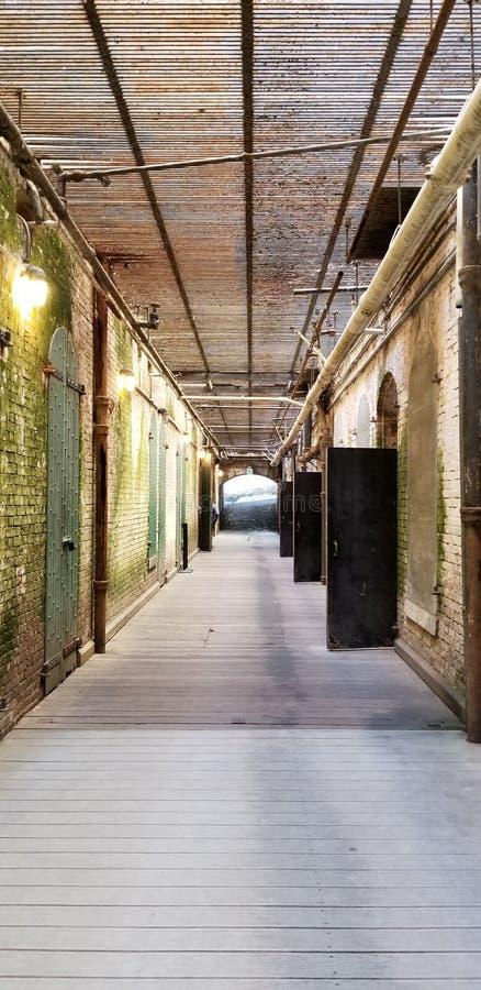 Suterenowy korytarz z kratownicami zasięrzutnymi przy Alcatraz więzieniem obraz stock