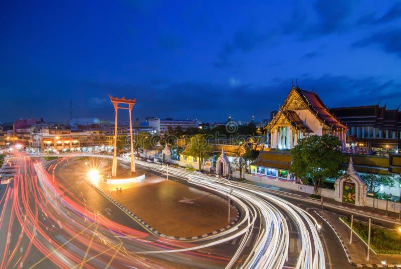 Suthat tempel och den jätte- gungan på skymning Tid, Bangkok, Tha royaltyfria foton