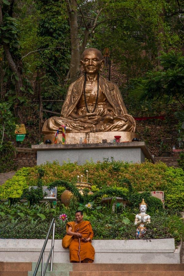 Suthep em Chiang Mai, monge seguinte de Tailândia gosta do pé imagem de stock royalty free