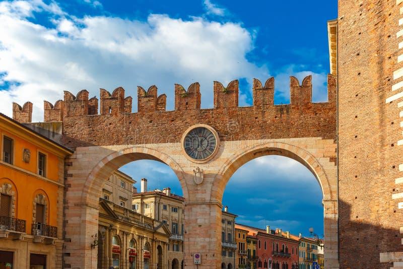Sutiã do della de Portoni na noite em Verona, Itália imagem de stock royalty free