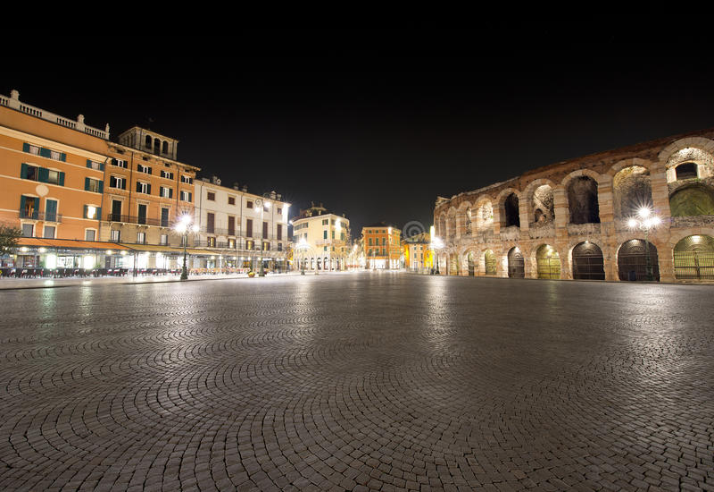 Sutiã e arena da praça por Noite - Verona Italy fotografia de stock royalty free