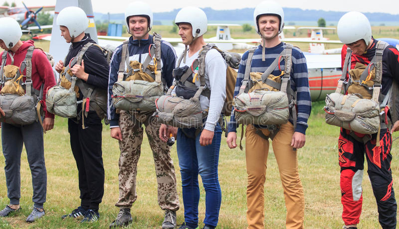 Sutiski Ukraina - Juni 24, 2017: Skydivers bär en hoppa fallskärm, når de har landat Hoppa med fritt fall Ukraina är den hoppa me royaltyfria foton