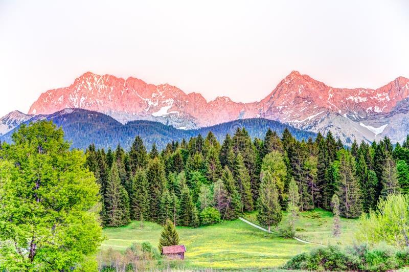 Sutset an den bayerischen Karwendel-Bergen stockfoto