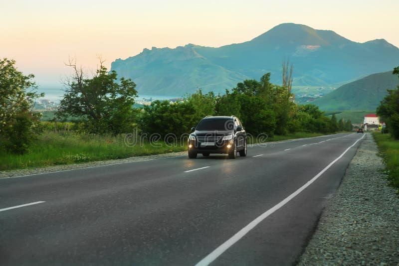 SUV乘坐高速公路 免版税库存图片