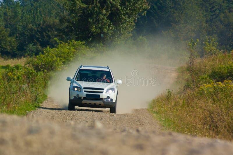 SUV σε έναν δρόμο βουνών στοκ εικόνα με δικαίωμα ελεύθερης χρήσης
