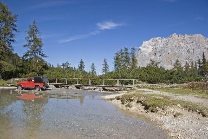 SUV στη λίμνη Seeebensee στοκ εικόνες