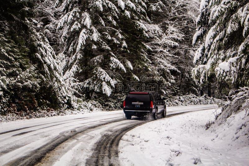 SUV управляя в горах Snowy стоковые фотографии rf