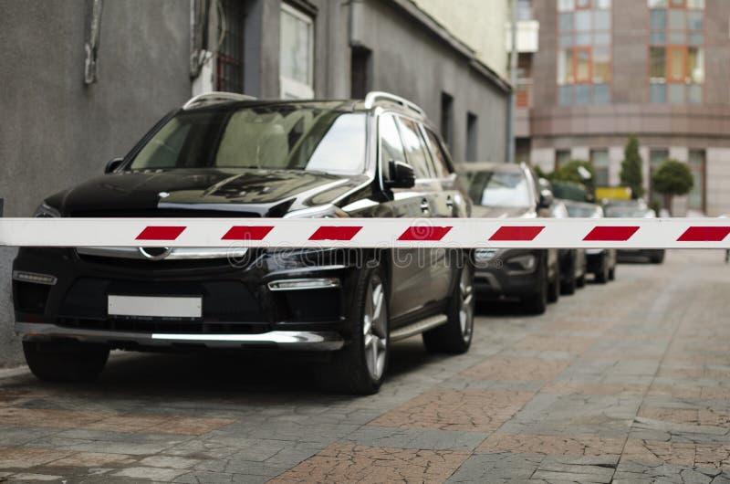 SUV achter barrière wordt geparkeerd die royalty-vrije stock afbeelding