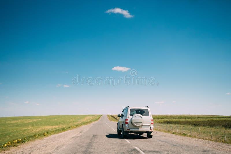 SUV-Auto Mooving entlang Straßen-im Frühjahr Sommer fängt Landschaft auf laufwerk lizenzfreies stockfoto