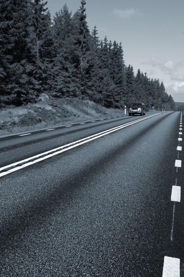 Suv, Autofahren auf Landstraße lizenzfreies stockbild