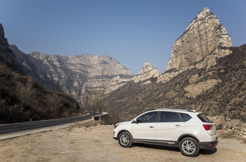 SUV bianco nella strada della montagna fotografie stock