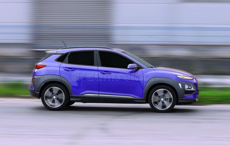 SUV blu all'alta velocit? fotografia stock