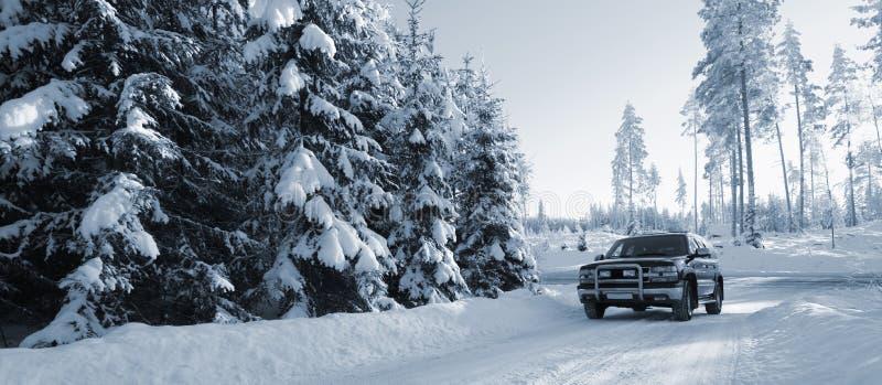 Suv, carro em estradas nevado fotografia de stock