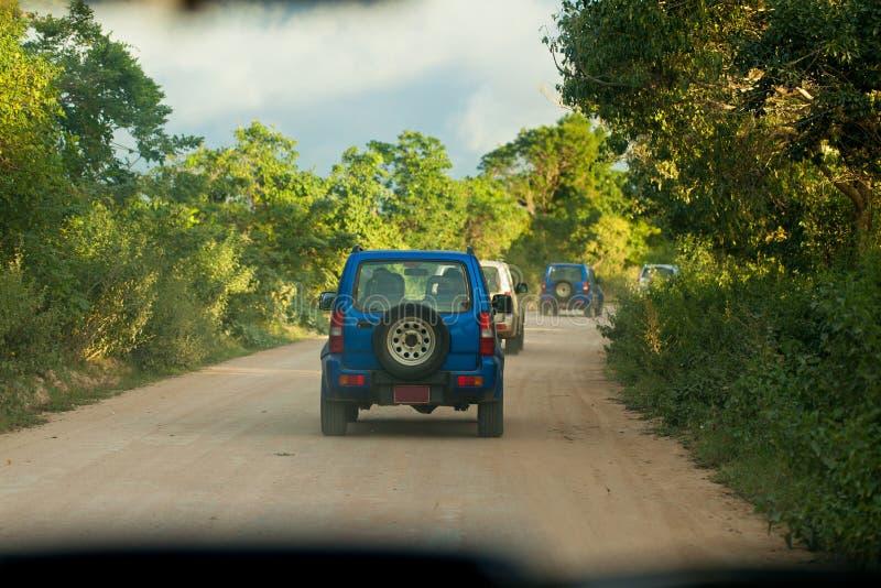 SUV che guida alla strada campestre fotografie stock libere da diritti