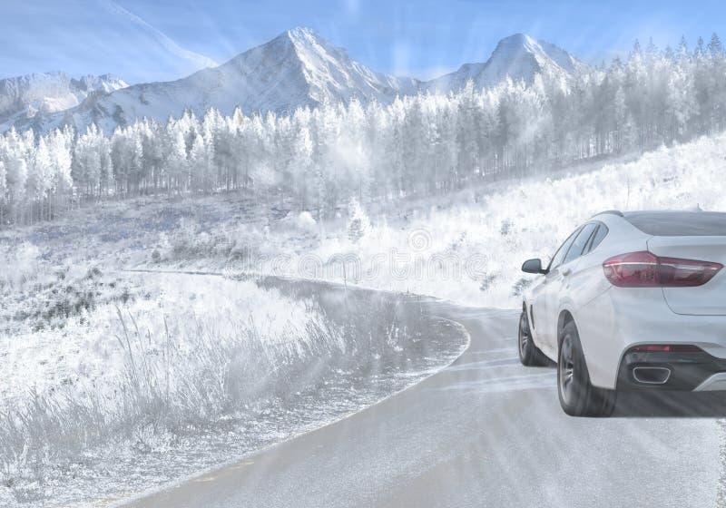 SUV che guida su una strada della montagna durante la neve di caduta fotografie stock libere da diritti