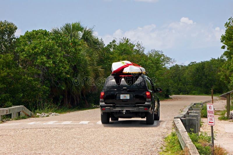 SUV con los kajaks foto de archivo
