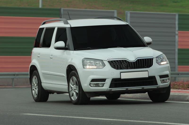 Download SUV conduisant trop rapide image stock. Image du rendement - 87700979