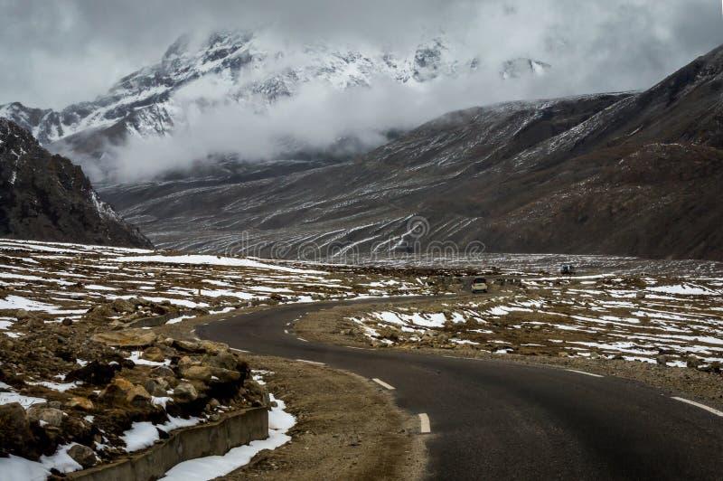 SUV die door de Himalayan-wegen van Noord-Sikkim dichtbij Gurudongmar-Meer bij 17000 voet hoogte reizen, Lachen, Sikkim, India stock foto