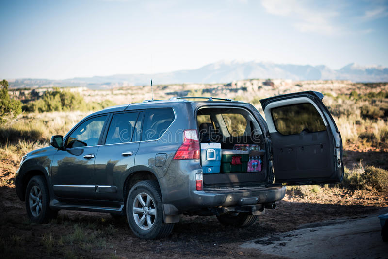 SUV embalado ao acampar fotografia de stock royalty free