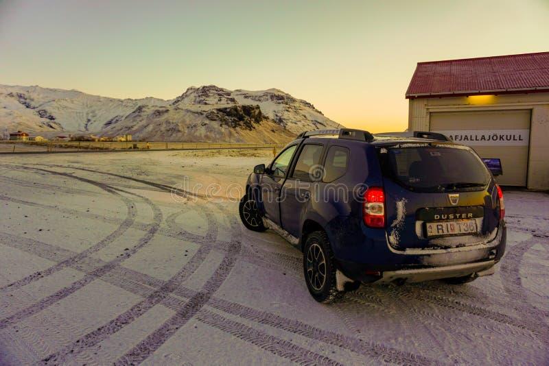 SUV för en vintervägtur till och med Island på en Sunny Day royaltyfria bilder