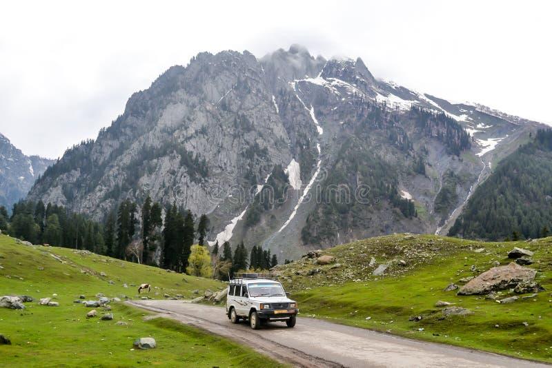 SUV fuori strada che guida sulla strada della montagna della roccia in valle Paradise del Kashmir Betaab su terra Srinagar, Pahal fotografie stock libere da diritti