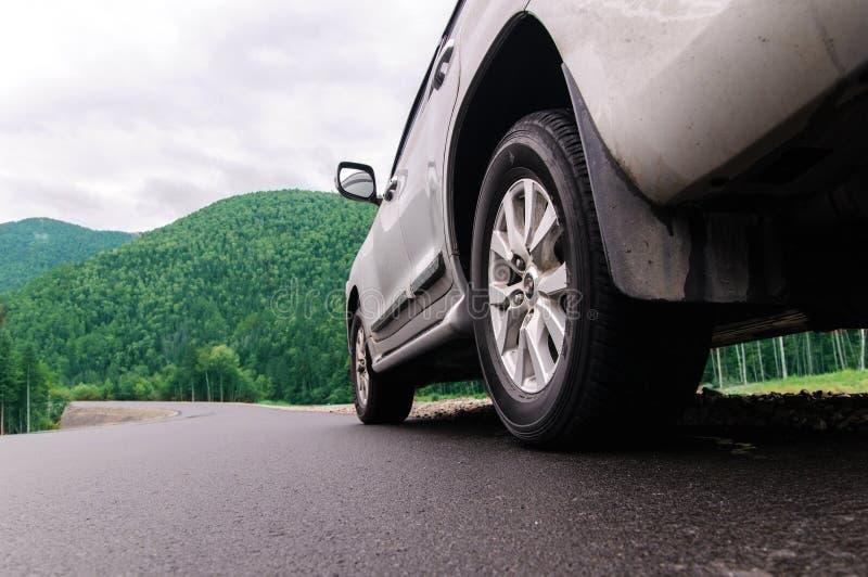 SUV gris sur la route goudronnée photographie stock