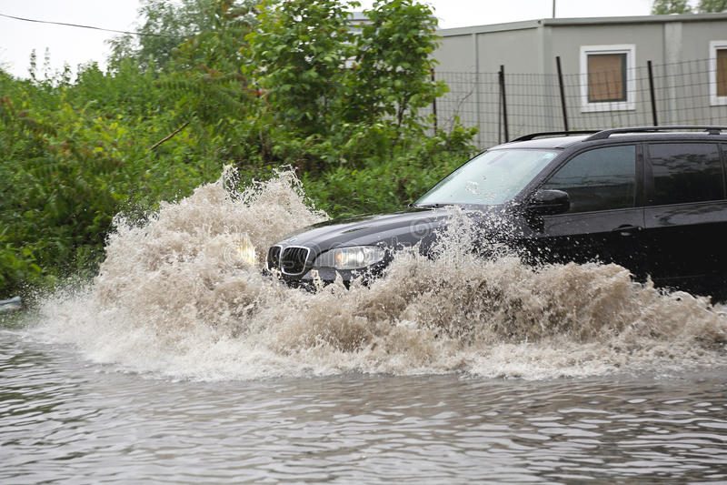 SUV i flod arkivfoton