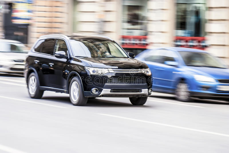 SUV na alta velocidade na cidade imagens de stock