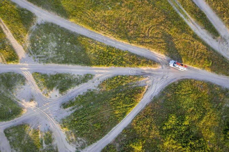 SUV na opinião aérea das fugas arenosas foto de stock