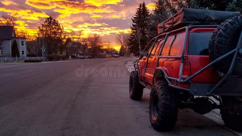 SUV na rua no nascer do sol foto de stock royalty free