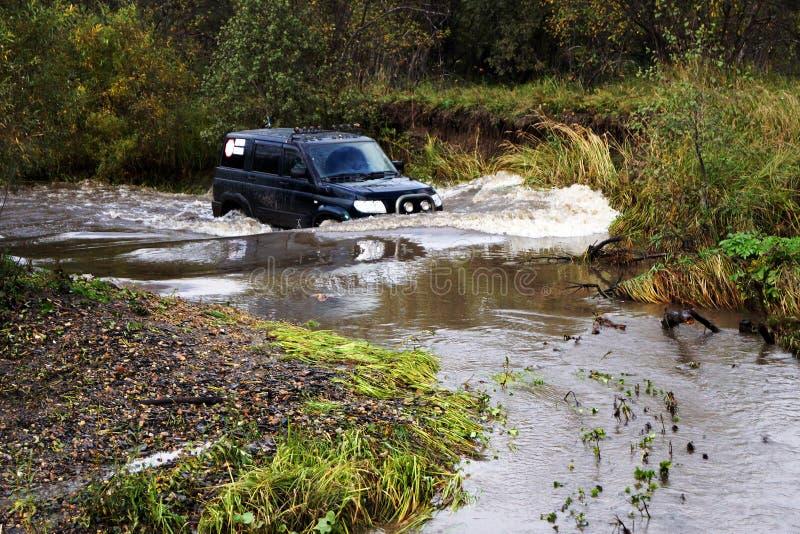 SUV nel fiume fotografia stock libera da diritti